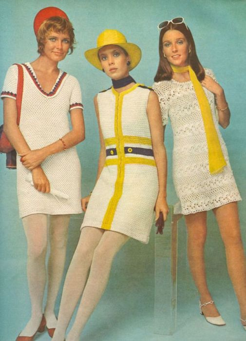 Ажурные вязаные платья-мини с яркими вставками.