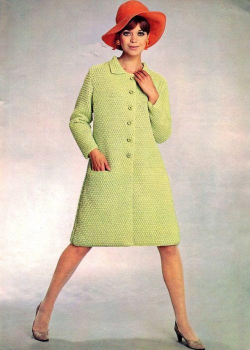 Вязаные наряды в 1970-х годах часто дополнялись широкополой шляпкой.