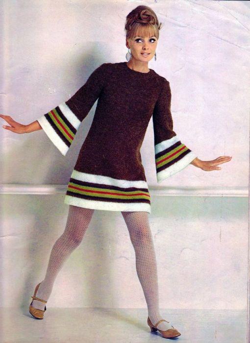 Эффектное вязаное платье-мини с расклешенным рукавом.