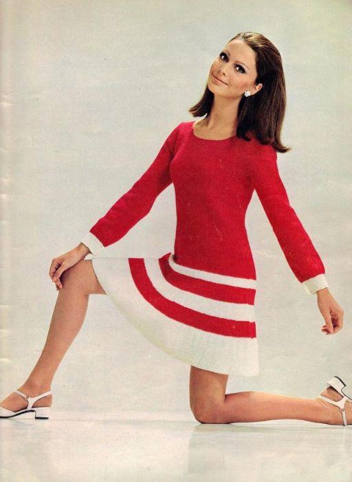 Трикотажное весеннее платье с контрастными полосками.