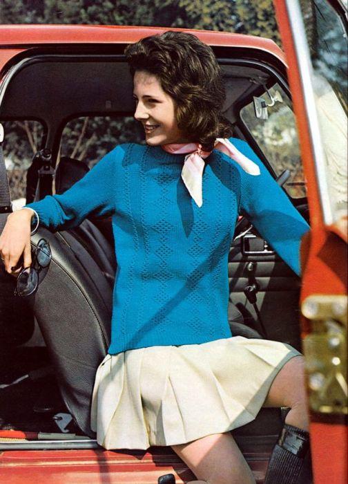 Легкий свитер с узором из ромбов прекрасно сочетается с короткой юбкой.