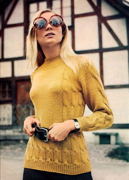 В 1970-х годах считалось модным делать акцент на талии с помощью пояса даже на вязаной одежде.