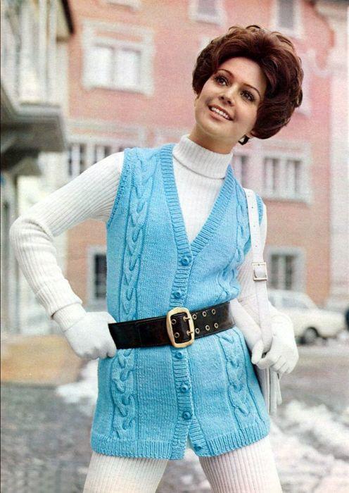 В 1970-х годах водолазки очень часто носили именно с вязаными жилетами.