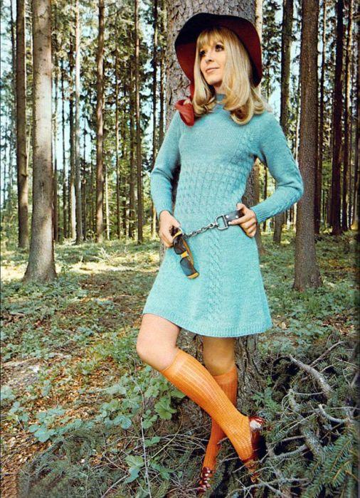 Талия короткого вязаного платья выделена с помощью узора из мелких косичек.