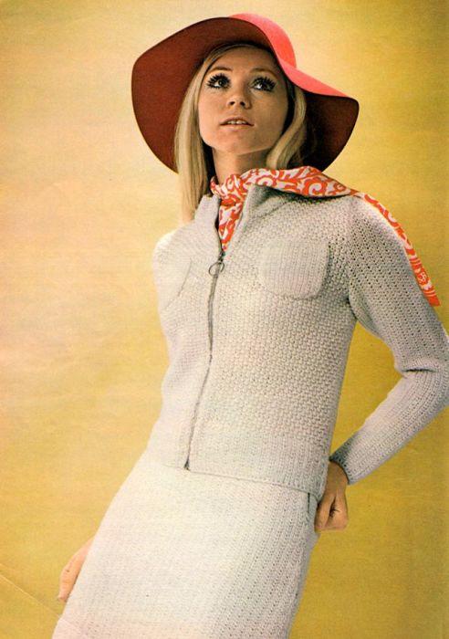 Яркие аксессуары успешно дополняют однотонный вязаный костюм с накладными карманами на пиджаке.