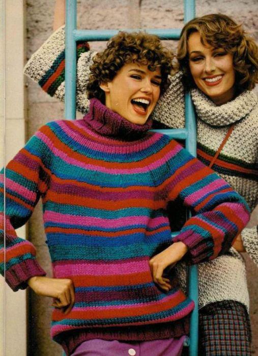 Вязаные молодежные свитера под горло с разноцветными полосками.