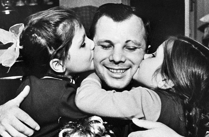 Советский лётчик Юрий Гагарин - первый космонавт планеты Земля.