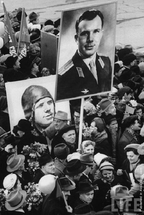 С портретом героя Советского Союза.