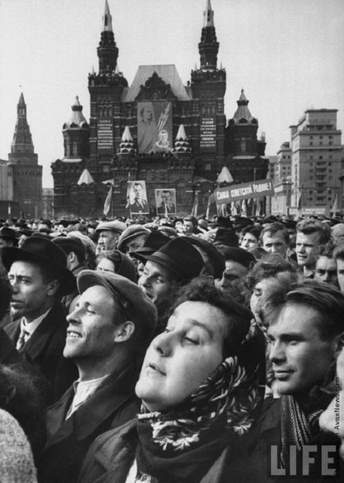 Затаив дыхание люди слушали советского героя.