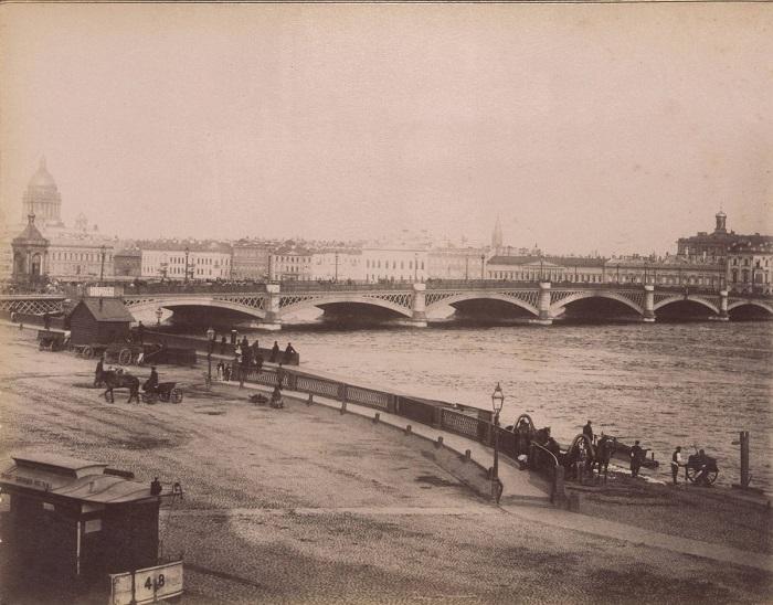 Мост через Неву в Санкт-Петербурге.