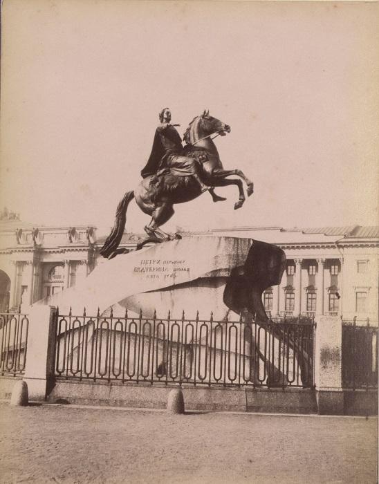 Памятник Петру I на Сенатской площади.