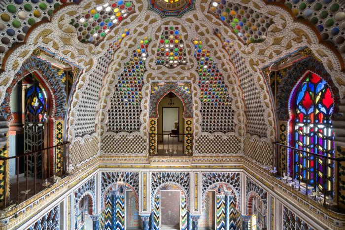 Яркий и многоцветный великолепный интерьер дворца Саммеццано в Тоскане (Италия).