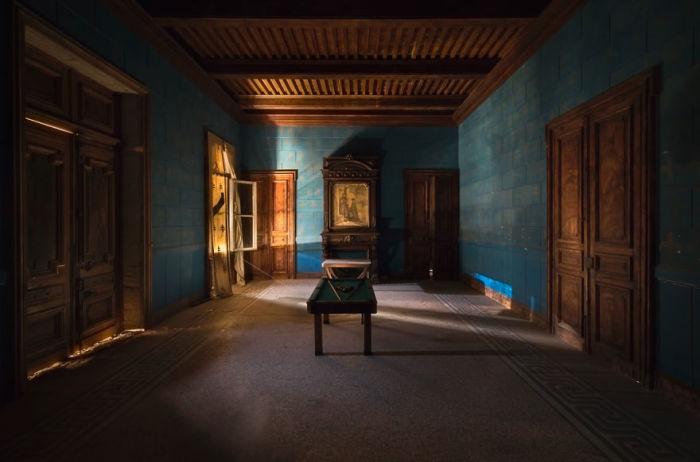 Огромная комната с бильярдным столом в одном из замков Франции, который ожидает ремонта.