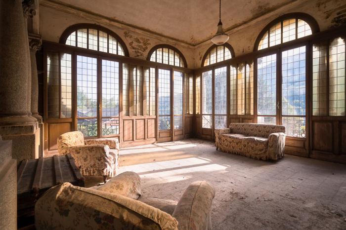 Комната на четвертом этаже заброшенного итальянского особняка, из которого открывается потрясающий вид на деревню.