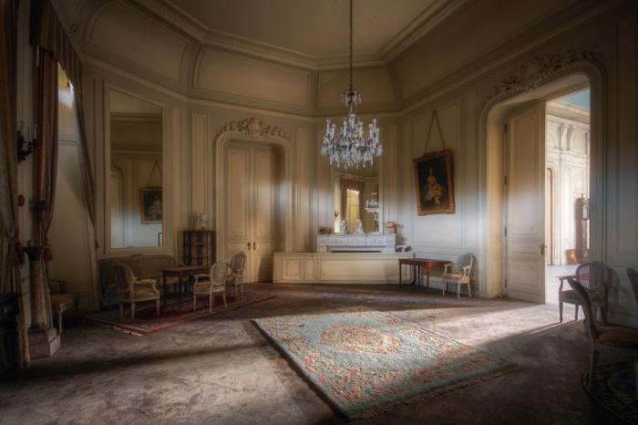Роскошная комната в прекрасном бельгийском замке 19-го века, который был необитаем на протяжении 10-ти лет.