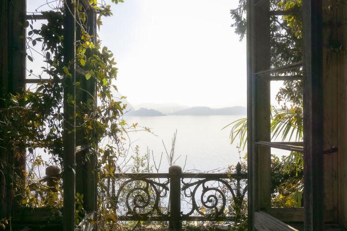 Вид из окна заброшенного замка в Италии, который постепенно разрушают время и растения.
