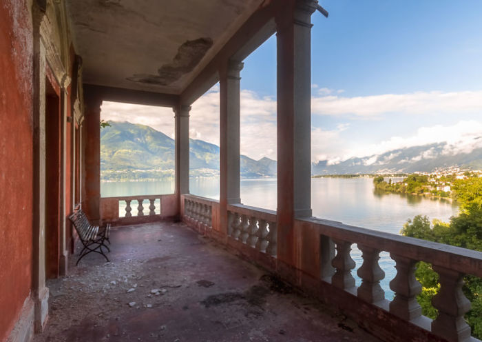 Вид на озеро с одного из двух балконов покинутой швейцарской виллы, построенной в 18-м веке.
