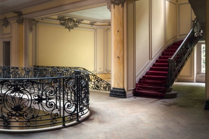Великолепные перила лестницы на одном из этажей величественного, но необитаемого замка во Франции.