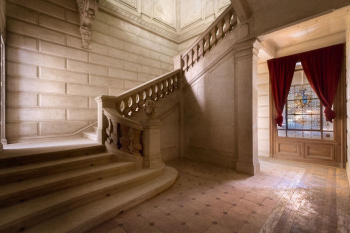 Главная лестница в покинутом французском замке, который находится на реконструкции.