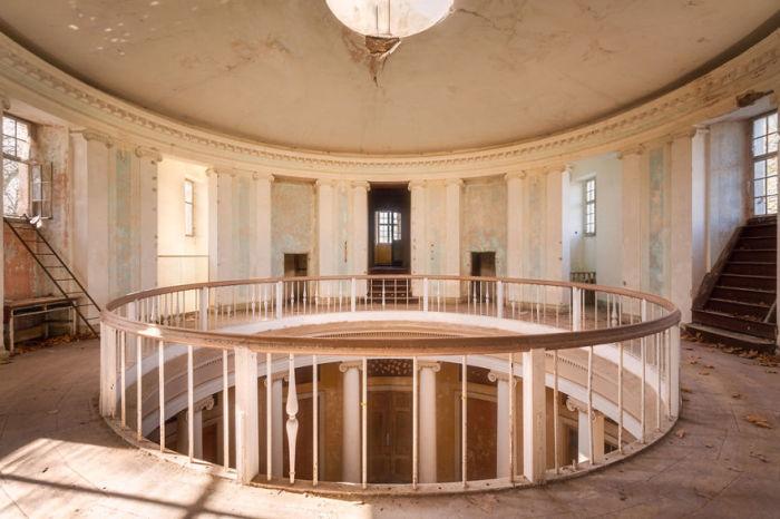 Двухэтажная ротонда центрального зала заброшенного дворца в Польше, построенного в конце 19-го века.