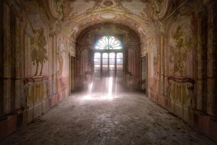 Комната с огромной настенной картиной в заброшенном итальянском доме, который был частью фермы.