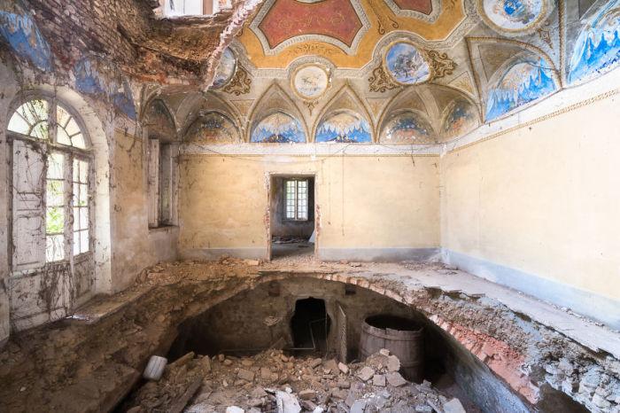 Одна из комнат разрушающейся старинной итальянской виллы с частично сохранившимся расписным потолком.