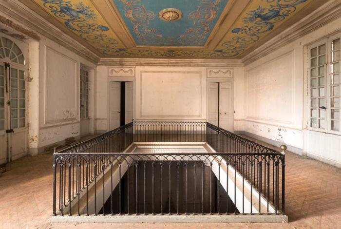 Верхний этаж покинутого замка во Франции, украшенный расписным потолком.