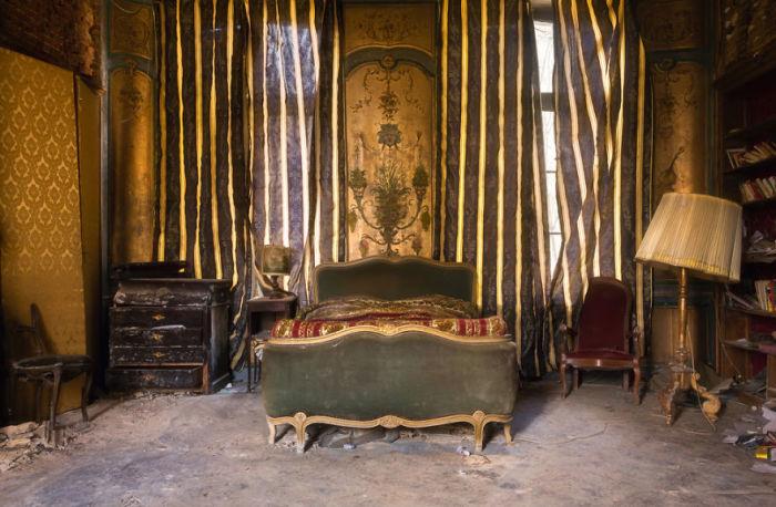 Спальня с сохранившейся антикварной мебелью в заброшенном замке Франции, построенном в 18-м веке.