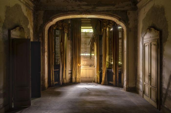 Одна из комнат заброшенной итальянской виллы, построенной в нео-ренессанском стиле в конце 19-го века.