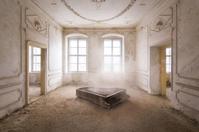 Комната с роялем в старинном заброшенном дворце Польши, которому будет возвращен прежний вид.