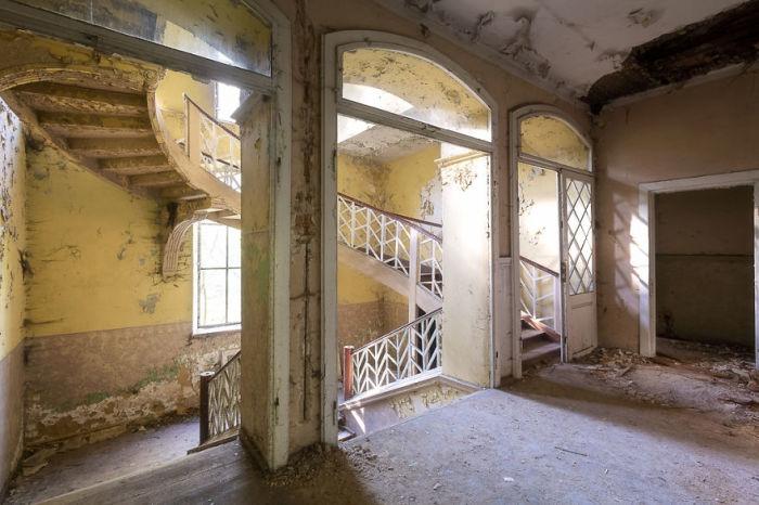 Лестница в стиле нео-барокко в разрушающемся интерьере заброшенного польского дворца.