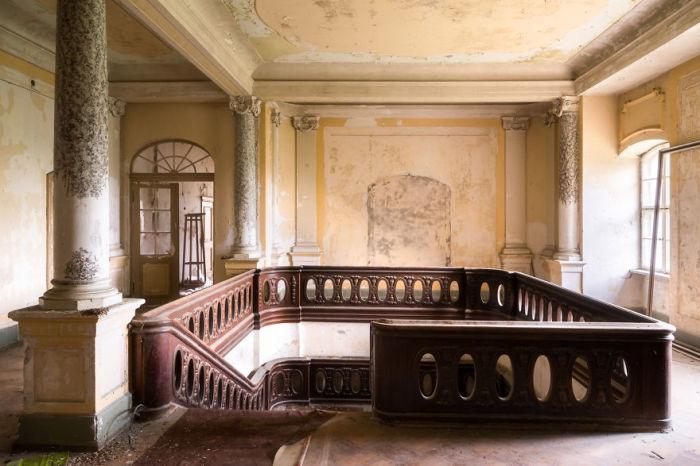 Комната с лестницей на верхнем этаже германского замка 18-го века, который на протяжении 20-ти лет находится в ожидании ремонта.
