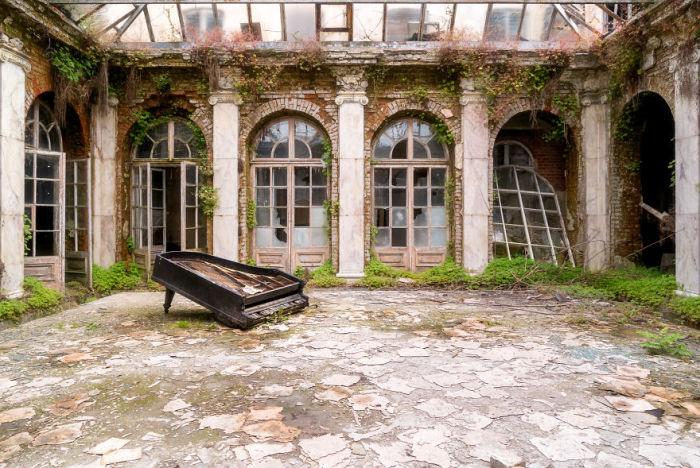 Крытый зал в польском дворце, пришедшем в запустение после пожара, который случился в 1980-х годах.