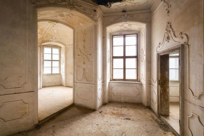 Изящная лепнина на стенах комнат польского дворца, который в настоящее время находится на реконструкции.