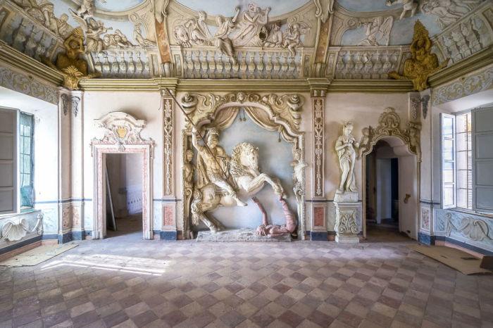 Удивительный интерьер и украшения в одном из залов заброшенного особняка в Италии.