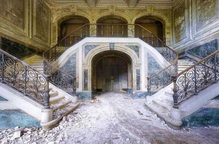 Роскошная мраморная лестница в заброшенном французском замке, использовавшемся в прошлом как летняя резиденция.