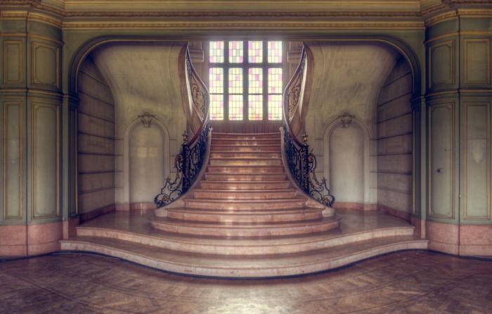Отремонтированная лестница в бельгийском замке, который во время Первой мировой использовался немцами как тюрьма.