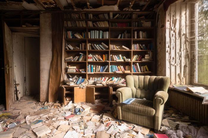 Одна из комнат заброшенного дома в Германии, в котором ранее проживал практикующий доктор.