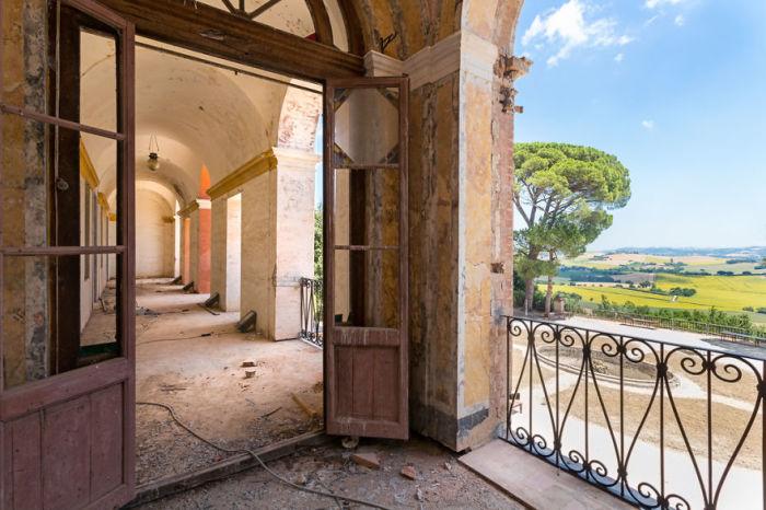 Вид с балкона заброшенной виллы в Италии, объединившей в себе различные архитектурные стили.