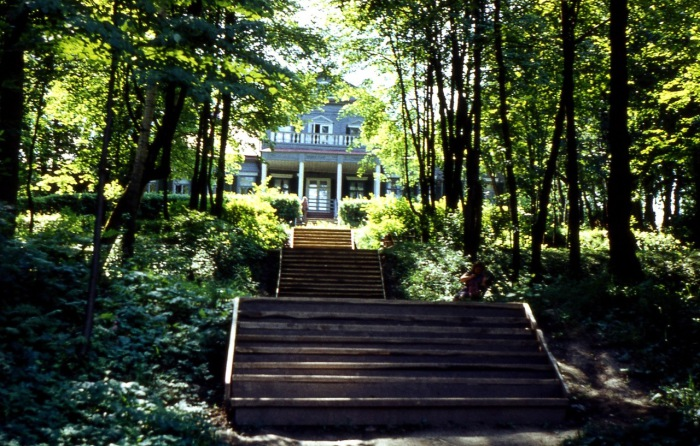 Музей-заповедник, расположенный на берегу реки Вори.