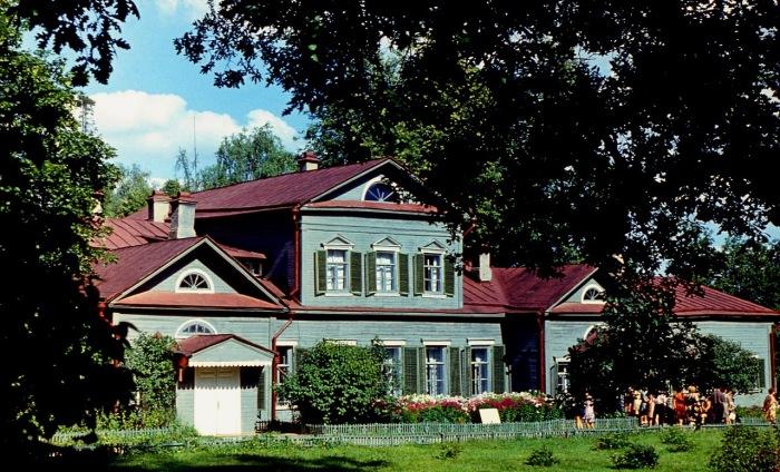 Помещичья усадьба Абрамцево получила известность с середины XIX века.