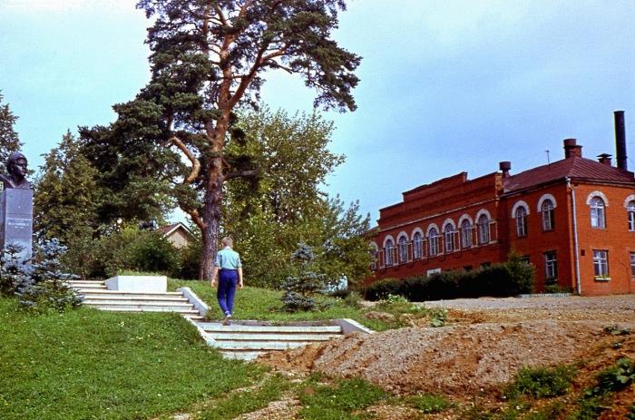 В деревне Федоскино Дмитровского района Московской области находится фабрика миниатюрной живописи и замечательный музей народных художественных промыслов.