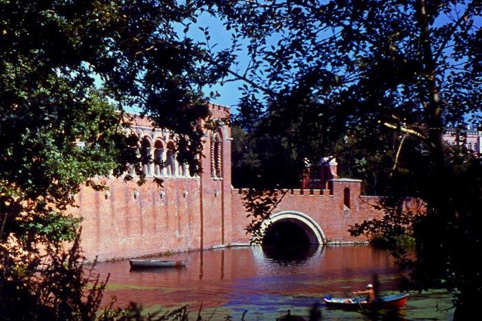 Наиболее своеобразным и красивым cооружением в Марфине является мост через пруд.