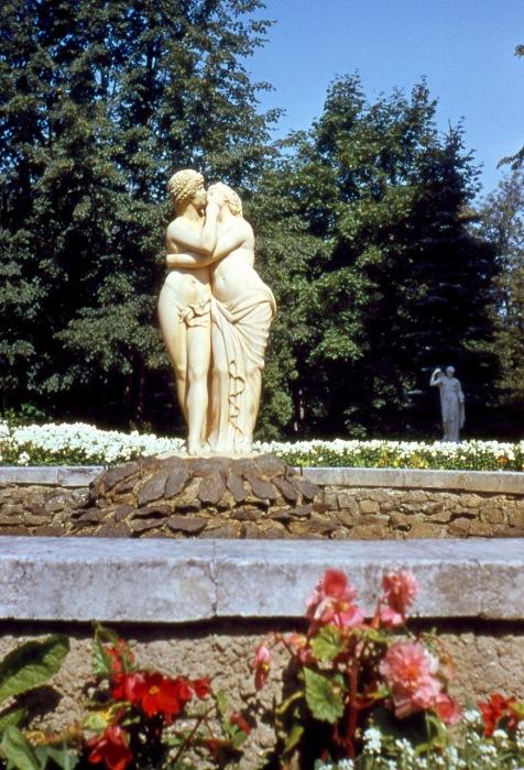 Памятник целующимся влюбленным.