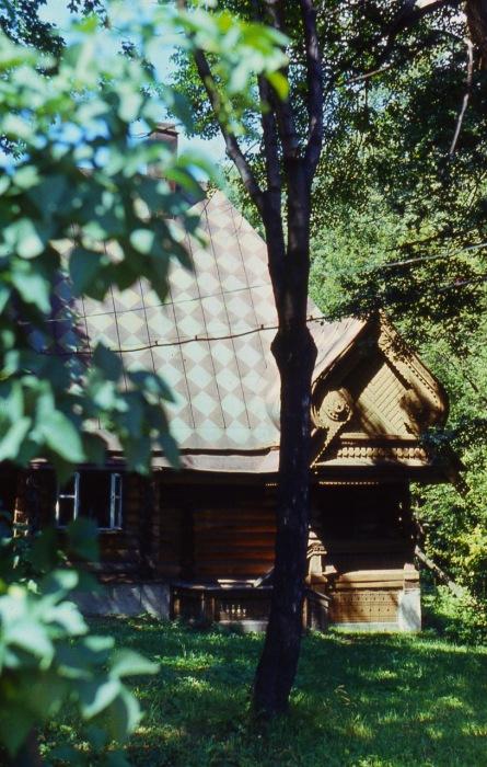 Баня с тремя помещениями в нижней части, которые обозначены как «жаркая», «мыльная» и «раздевальная».