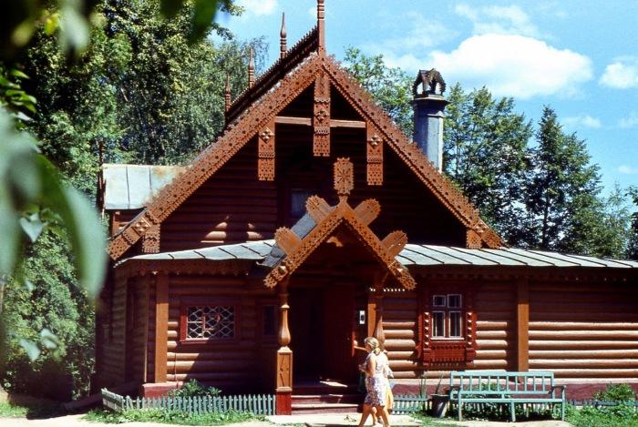 Мастерская построена в 1873 году по проекту архитектора Виктора Александровича Гартмана.