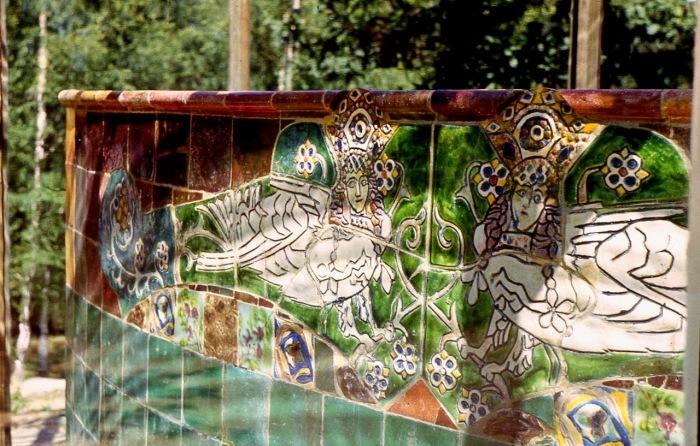 Скамья установлена в 1915 году, она является редким сохранившимся образцом малых архитектурных форм, выполнявшихся Абрамцевской керамической мастерской.