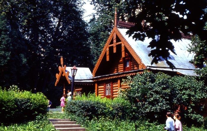 Деревянные постройки, обильно украшены резьбой.