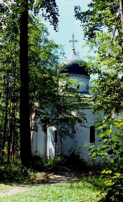 Небольшая каменная одноглавая церковь, один из первых образцов неорусского стиля.