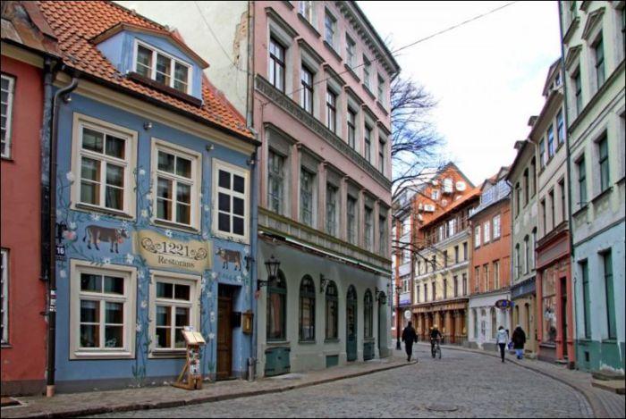 В первой части советского телевизионного сериала о Шерлоке Холмсе Улица Яуниела в Риге сыграла роль Бейкер-стрит.